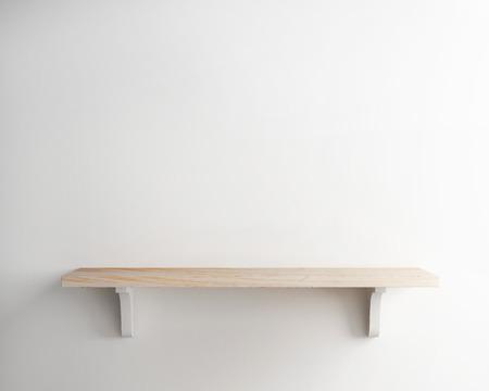 背景の白い壁に木製の棚