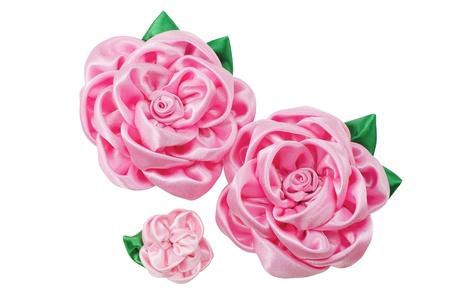 trabajo manual: hermosas flores artificiales del trabajo hecho a mano aislado en un fondo blanco