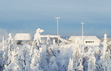 station ski: Station of the ski lift on snow-covered top of mountain in the clear afternoon