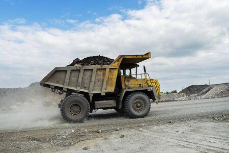 PERVOURALSK, Russland - 6. Juni 2017: BelAZ LKW transportiert Erz auf einem Feldweg