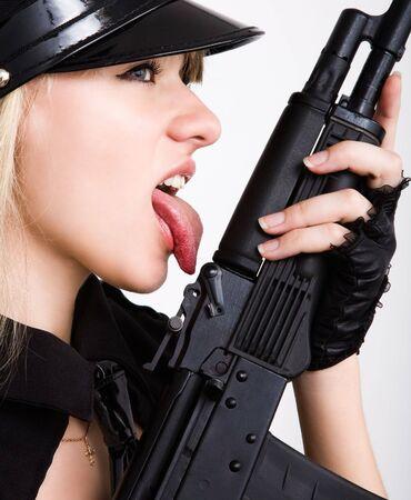 long shots: Ritratto di giovane donna sexy leccare lingua nero con Tommy Gun
