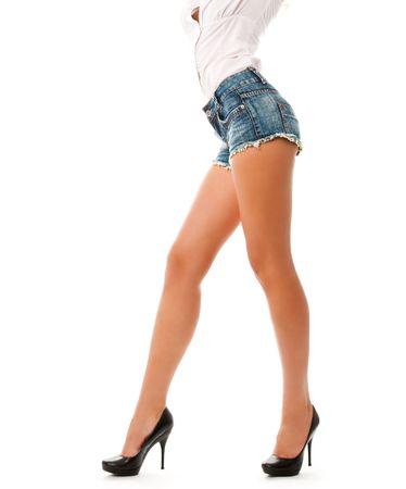 piernas sexys: retrato de una sonrisa atractiva mujer rubia joven aislado en blanco
