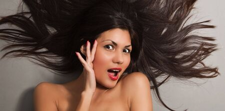 plan �loign�: Close-up portrait belle jeune femme belle et saine avec de longs poils noirs, studio shot