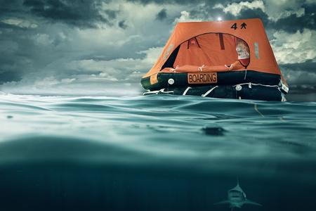 Rettungsinsel schwimmt auf dem Meer