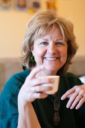 Rijpe Vrouw drinken thee Stockfoto
