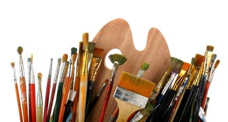 paleta de pintor: Pinceles con una gama de colores aislados sobre un fondo blanco