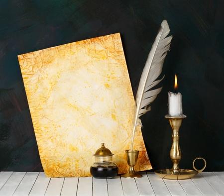 poezie: Oud papier met een kaars en een ganzenveer.