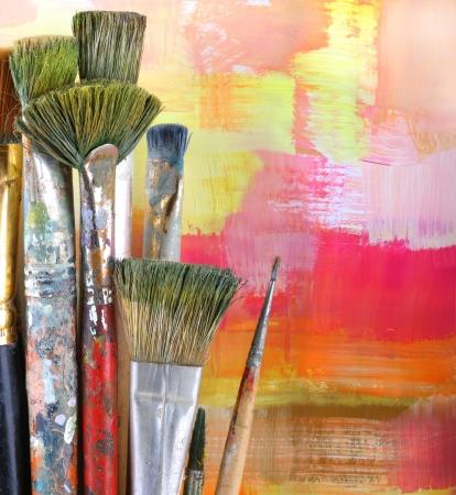 creative tools: Pennello su sfondo dipinto. Archivio Fotografico