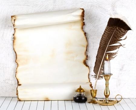 poezie: Oud papier met een kaars en een ganzenveer pen.On een witte achtergrond.