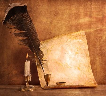 Le vieux papier avec une bougie et une plume d'oie Banque d'images