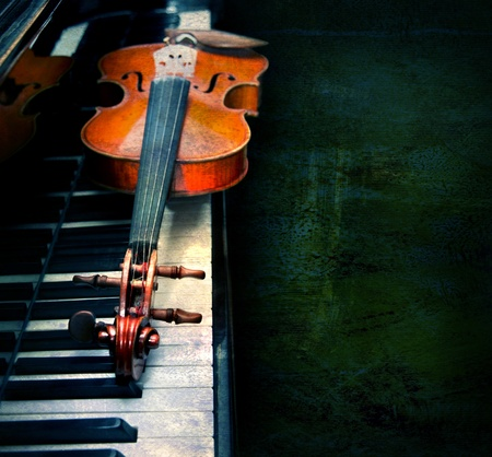 piano key: Violin on the piano on a grunge background