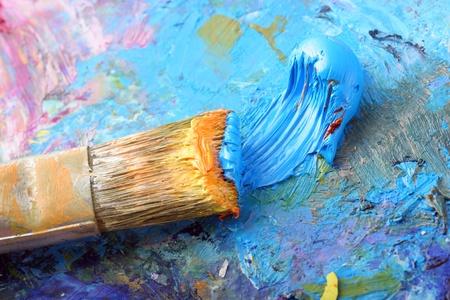 Luminoso vernice colorata con un pennello su una tavolozza.