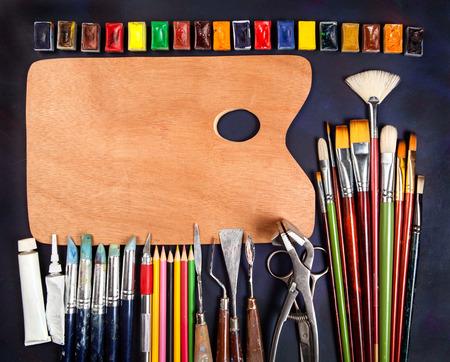 paleta de pintor: Materiales artísticos profesionales en el fondo de la vendimia