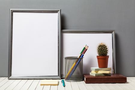 articulos de oficina: marco del cartel con artículos de oficina y cactus en mesa de madera