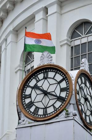 bandera blanca: Bandera de la India y el reloj en el antiguo edificio hist�rico en Kolkata