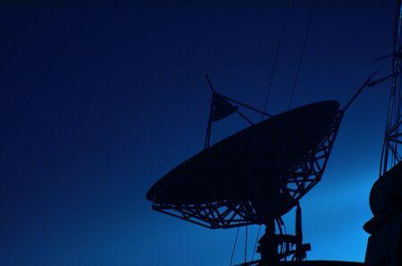 antena parabolica: Antena parab�lica en la noche Foto de archivo