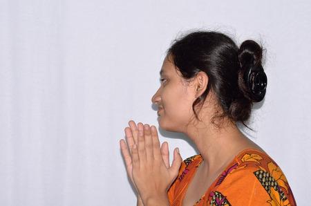 manos aplaudiendo: Mujer aplaudiendo j�venes manos sobre fondo blanco