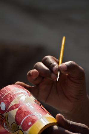 hombre pintando: Una pintura hombre con pincel. Foto de archivo