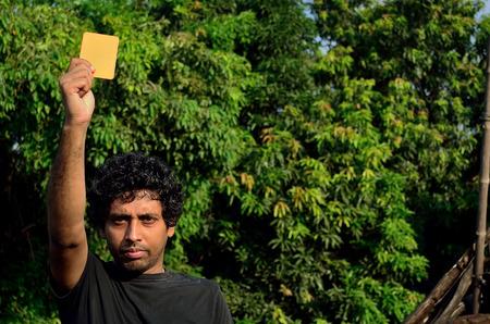arbitro: Árbitro del fútbol, ??mientras que muestra la tarjeta roja