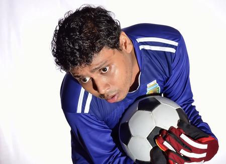 portero de futbol: Portero de f�tbol atrapar la pelota en el fondo blanco. Foto de archivo