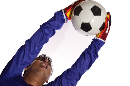 arquero futbol: Portero de fútbol guardar meta en el fondo blanco.