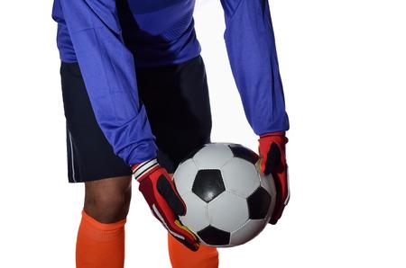 portero de futbol: Portero de f�tbol est� tomando patada en el fondo blanco.