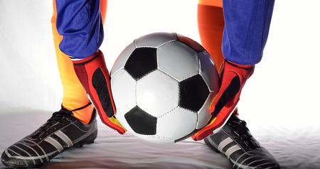 arquero de futbol: Portero de fútbol que sostiene la bola.