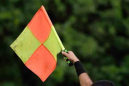 arbitro: Fútbol árbitro asistente que muestra fuera de juego. Foto de archivo