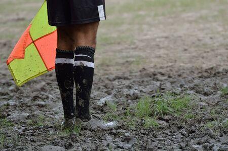 arbitro: F�tbol �rbitro asistente con la bandera.