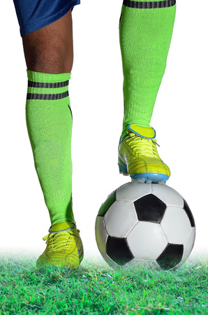 pelota de futbol: Boy recibe bal�n de f�tbol en el fondo blanco.