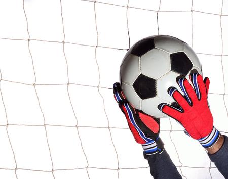 arquero futbol: portero de f�tbol hoding bola en bola blanca.