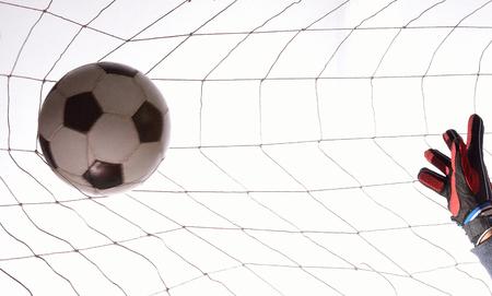 arquero futbol: entrenamiento de porteros de fútbol en bola blanca.