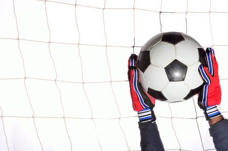 arquero futbol: portero de fútbol hoding bola en bola blanca.