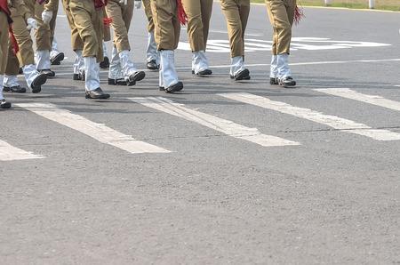 guardia de seguridad: Soldados que marchan en un desfile del ej�rcito. Foto de archivo
