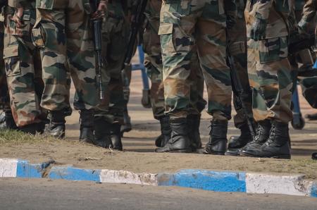 seguridad en el trabajo: Un grupo de militares est�n caminando con el rifle de asalto.