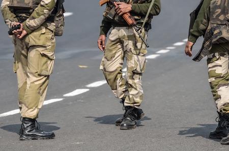 guardia de seguridad: hombres de seguridad con el rifle de asalto.