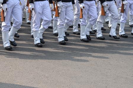 guardia de seguridad: Un grupo de militares est�n caminando con el rifle de asalto.