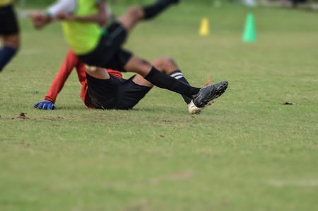 arquero futbol: En el juego de portero de fútbol que se establecen para atacar la defensa. Muchachos están jugando al fútbol en el área de Maidan en Calcuta, India. Foto de archivo