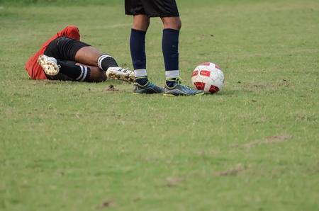 portero de futbol: portero de f�tbol que se establecen despu�s de una carga. Foto de archivo