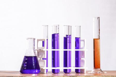 Reageerbuis en Erlenmeyer in een chemisch laboratorium Stockfoto