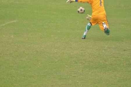 arquero futbol: Niño jugar al fútbol. portero de fútbol va a hablar balón