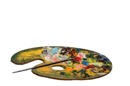 Het kleurrijke palet en de borstels van de kunstenaarsolieverf op witte achtergrond.