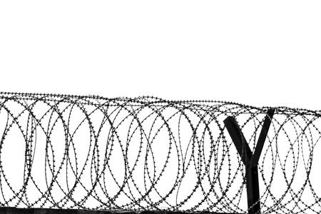 Stacheldraht um ein Gefängnis.