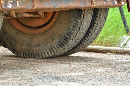 cargador frontal: De cerca los detalles de una rueda de cargador frontal de pie