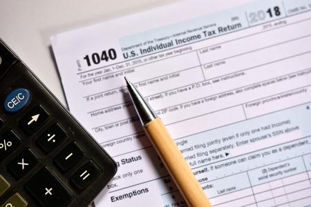 Amerikaans belastingformulier 1040 op witte achtergrond. Amerikaans belastingformulier invullen.