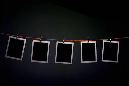 Leere Fotos hängen an einem Seil in der Dunkelkammer der Fotografie photography