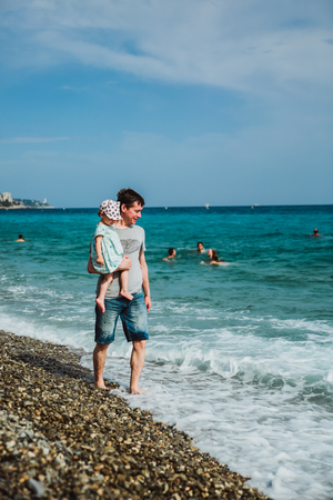 Padre e hija caminan por la orilla. Paseo Inglés, Niza, Riviera Francesa, Francia