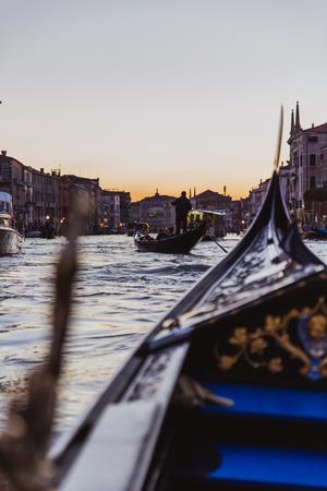 Gondole traditionnelle sur canal étroit à Venise, Italie Banque d'images