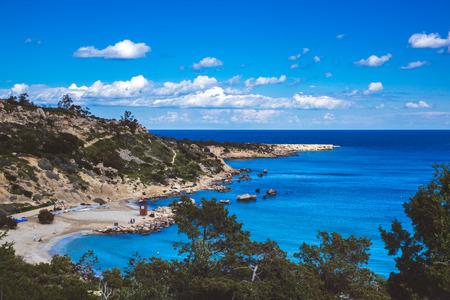Bellissima laguna a Cipro Ayia Napa, penisola di Capo Greco, parco forestale nazionale Archivio Fotografico