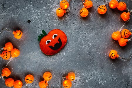 Halloween holiday background with decorative pumpkin and garland. Copy space for text. Banque d'images - 132186064
